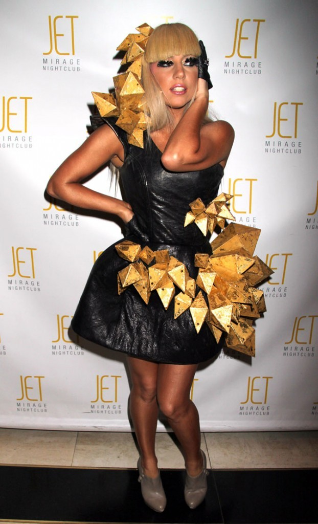 Look de Lady Gaga : robe accessoirisée d'or en décembre 2008