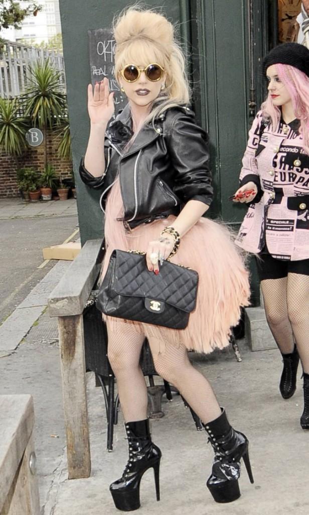 Look de Lady Gaga : robe cheveux et sac Chanel en octobre 2010
