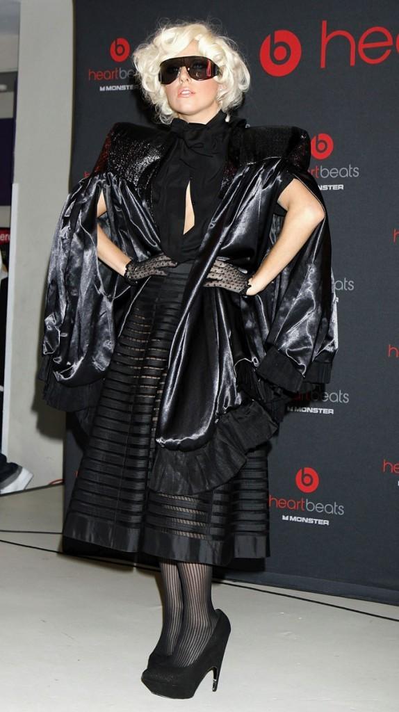 Look de Lady Gaga : une cape à épaulettes en septembre 2009