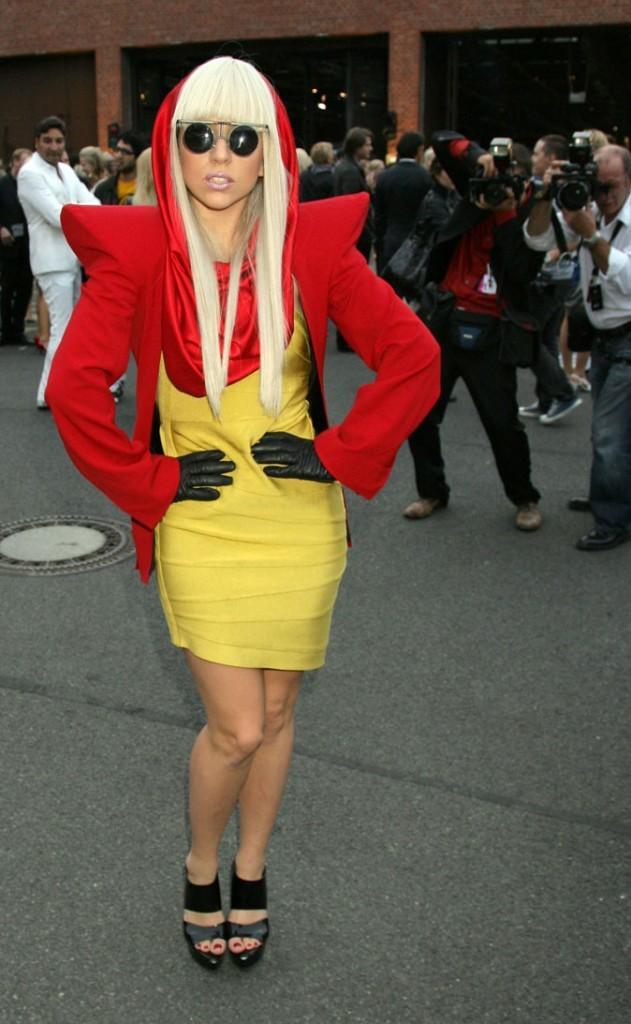 Look de Lady Gaga : veste à épaulettes rouge et robe jaune en juillet 2008