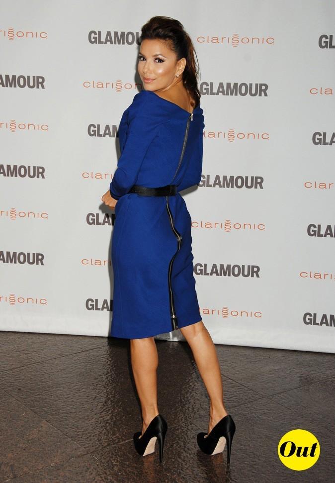 Le bleu électrique est divin sur la jolie brunette !