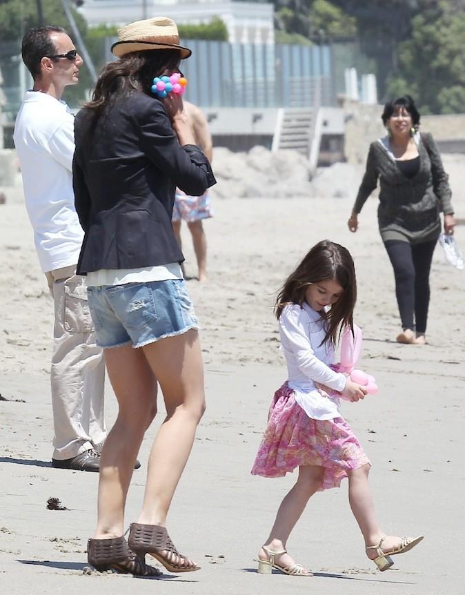 A la plage, Suri Cruise n'oublie pas les talons !