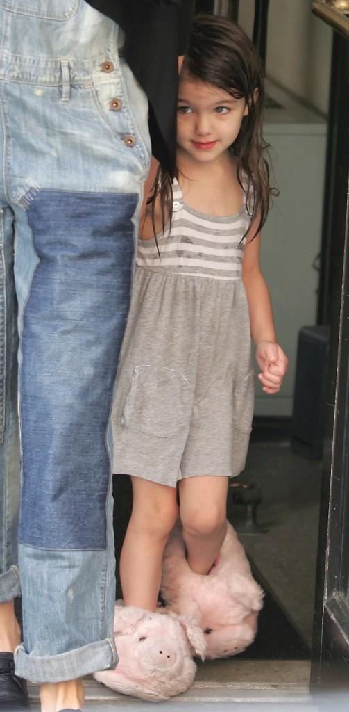 Avec ses chaussons en forme de cochon, elle retombe en enfance !