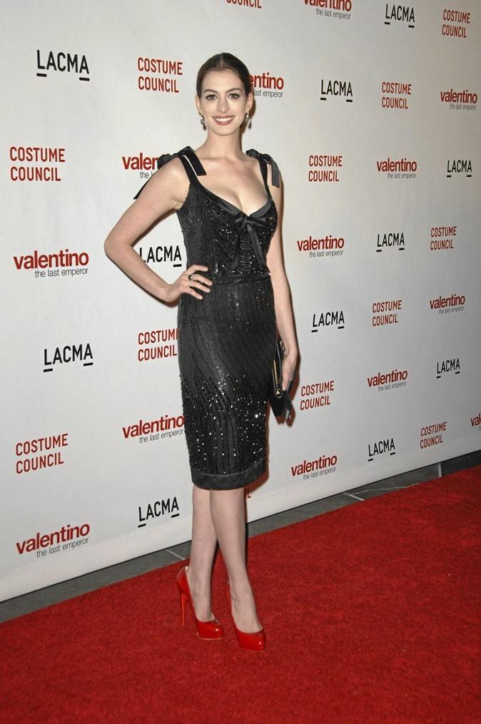 Anne Hathaway perchée sur des chaussures à talons rouges