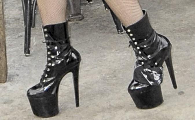 Des chaussures à talons noires vernies à lacets