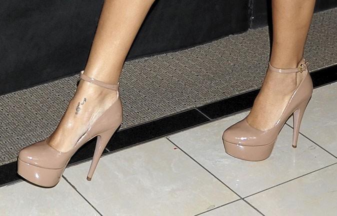 Des chaussures à talons nude à brides