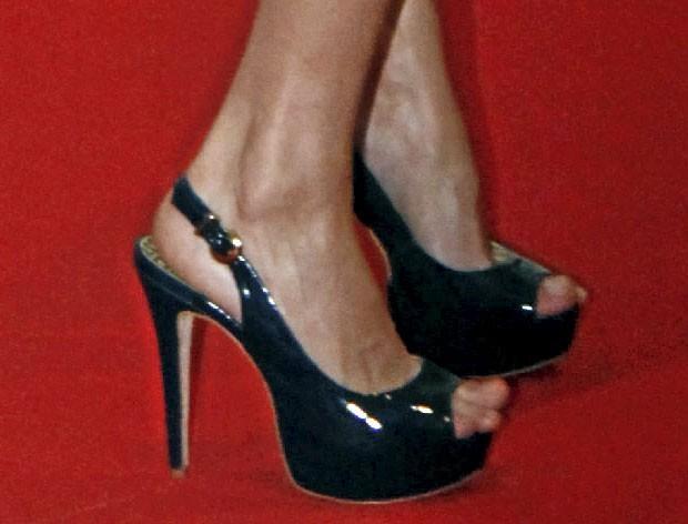 Des escarpins noirs brillants peep toe