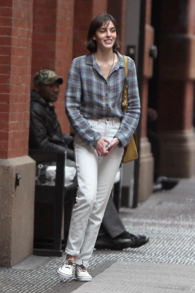 Chemise d'homme et jeans taille haute, style qui ne la met pas vraiment en valeur...