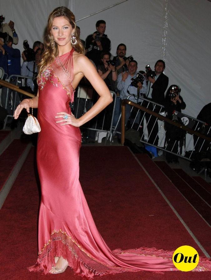 La robe satin, elle aime Gisele, nous ça dépend pour quoi !