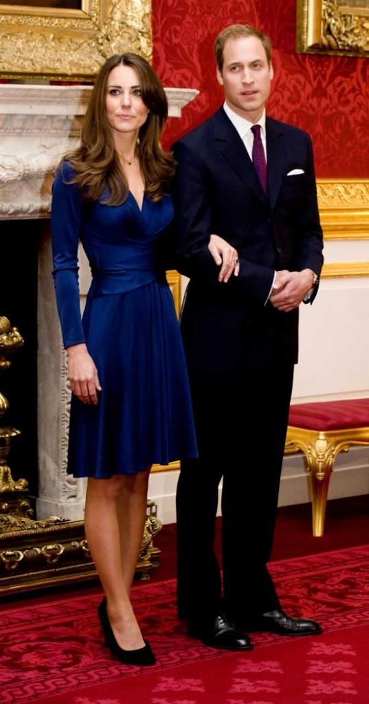 Look de star : le look bleu marine de Kate Middleton assorti au Prince William en novembre 2010