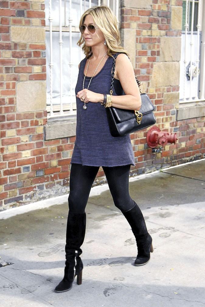Jennifer Aniston port elle aussi le sac Carine de Tom Ford