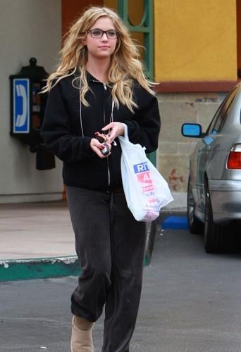 Ashley Benson fait du shopping