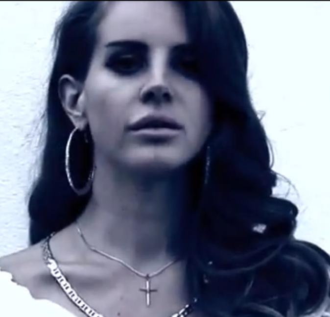 Créoles et brushing glamour: la marque de fabrique Lana Del Rey.