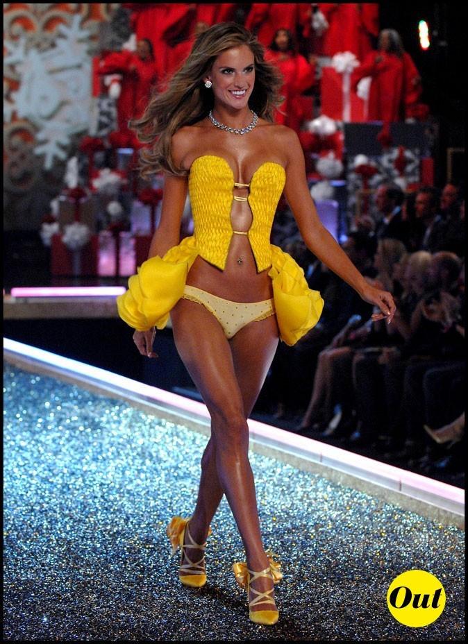 Look d'Alessandra Ambrosio : des dessous jaune poussin pour Victoria's Secret