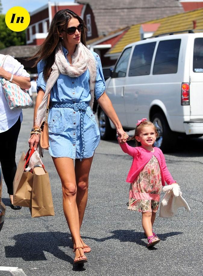Look d'Alessandra Ambrosio : une chemise en jean ceinturée