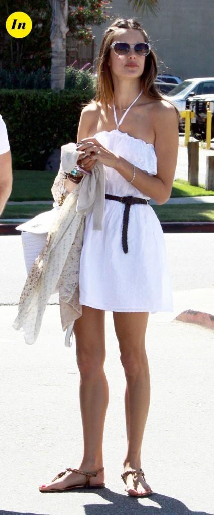 Look d'Alessandra Ambrosio : une robe blanche ceinturée
