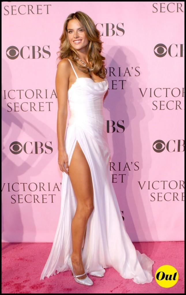 Look d'Alessandra Ambrosio : une robe longue blanche fendue
