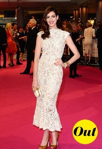 Anne en Alexander McQueen, une robe soit pas assez longue soit pas assez courte, on hésite...