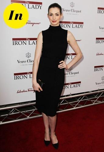 Anne parfaite dans une robe moulante noire pour la première de La dame de fer.