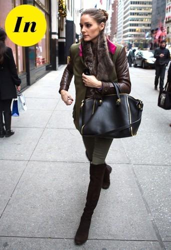 Un look d'inspiration militaire avec une veste bi-matière kaki et marron avec un sac Zara et des bottes Stuart Weitzman.