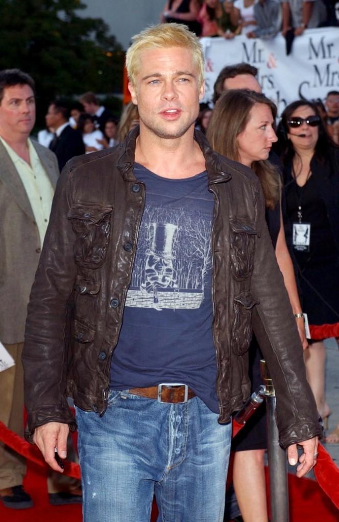 Blond platine, jean et veste en cuir, Brad joue les babd boys de Beverly Hills