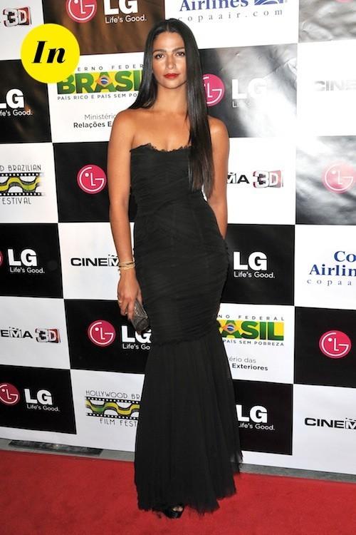 Camila Alves dans une robe classique mais qui fait tout de même son petit effet !