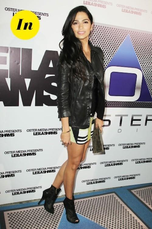 La tenue parfaite pour Camila Alves ! Une petite jupe colorée, une veste en cuir et le tour est joué en toute simplicité !