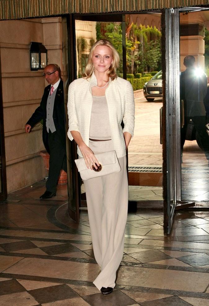 Charlene Wittstock :  un pantalon sable et un gilet crème en mars 2011
