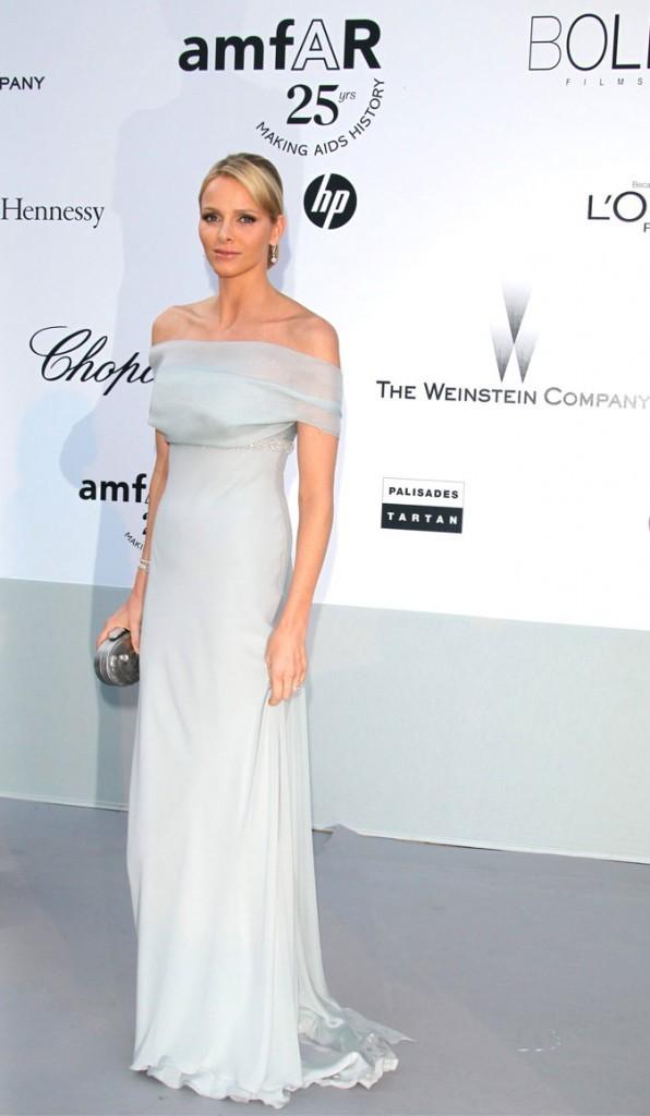 Charlene Wittstock :  une robe longue grise décolletée sur les épaules en mai 2011 pour l'amfAR à Cannes