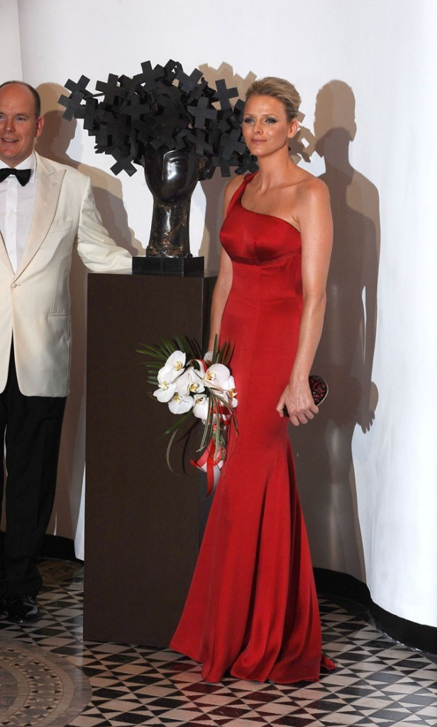 Charlene Wittstock :  une robe longue rouge asymétrique en juillet 2009