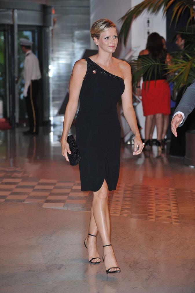 Charlene Wittstock :  une robe noire asymétrique en juillet 2009