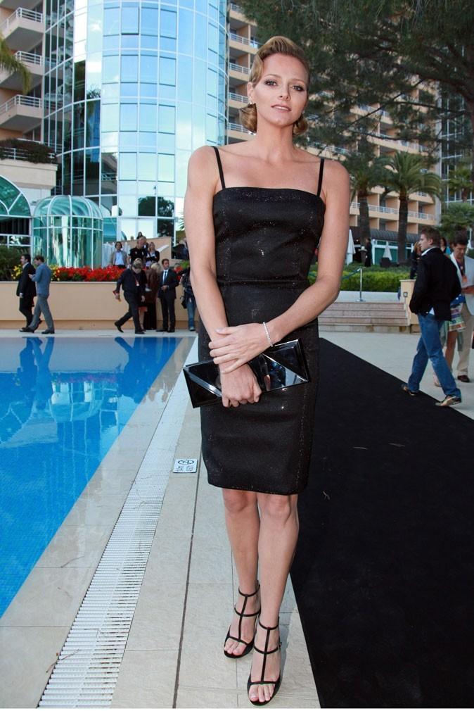 Charlene Wittstock :  une robe noire tube à fines bretelles en mai 2010