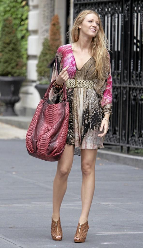 La robe imprimée et les chaussures en cuir tressé de Serena van der Woodsen !