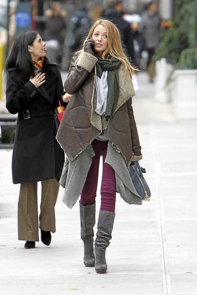 Le manteau en mouton retourné et le slim bordeaux de Serena van der Woodsen !