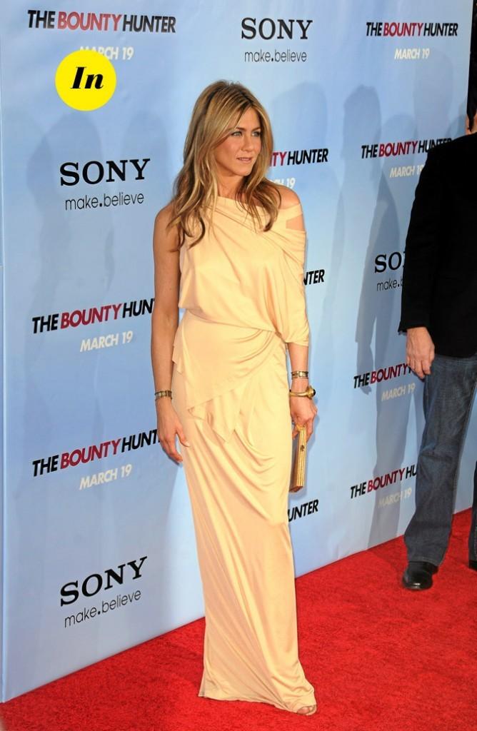 La robe longue drapée nude de Jennifer Aniston en Mars 2010 !