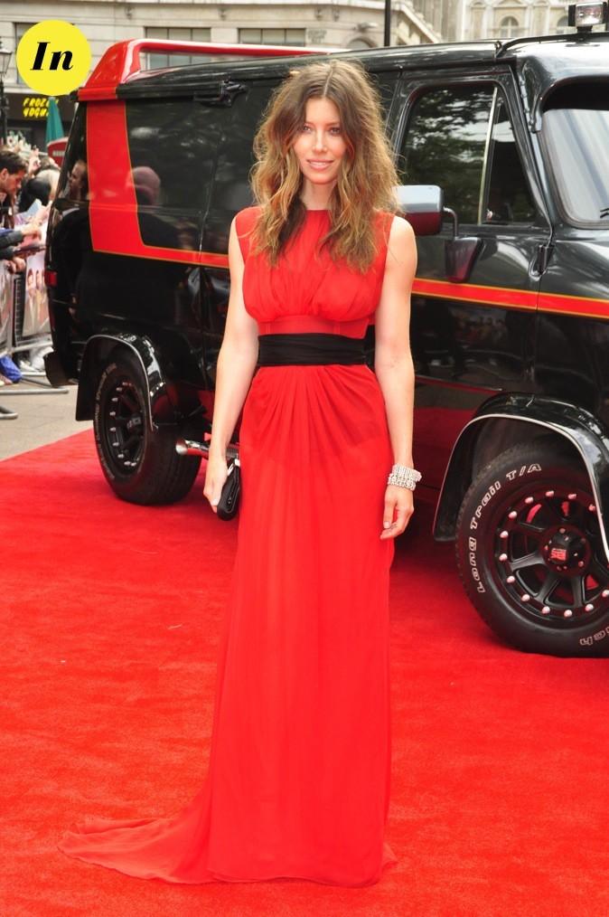Sa robe se confond avec le tapis rouge !