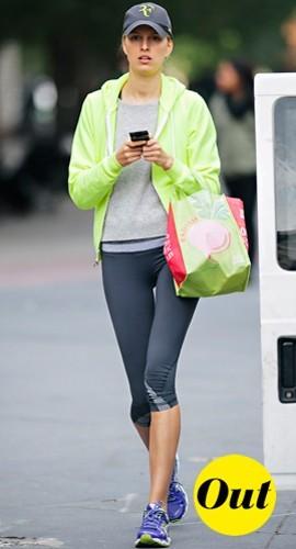 Voilà qui nous rassure, on peut être une top model et porter des survêt' fluos pour aller acheter des radis !