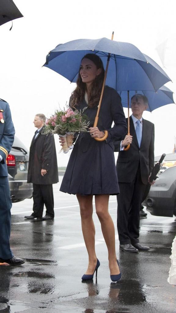 Kate Middleton le 4 juillet 2011 au Canada : un trench bleu marine pour braver la tempête