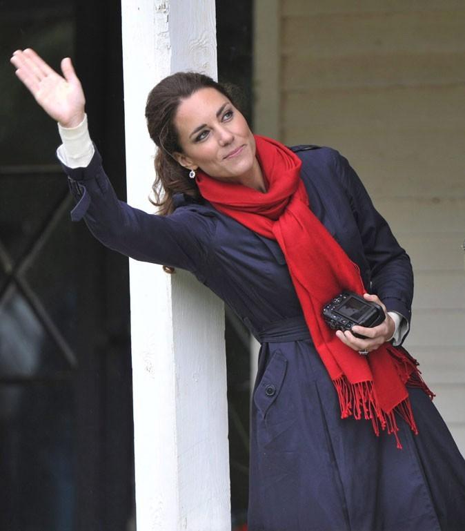 Kate Middleton le 4 juillet 2011 au Canada : une écharpe rouge pour la touche glam