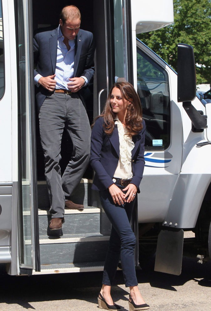 Kate Middleton le 5 juillet 2011 au Canada : blazer bleu marine, jean assorti et chemise à jabot