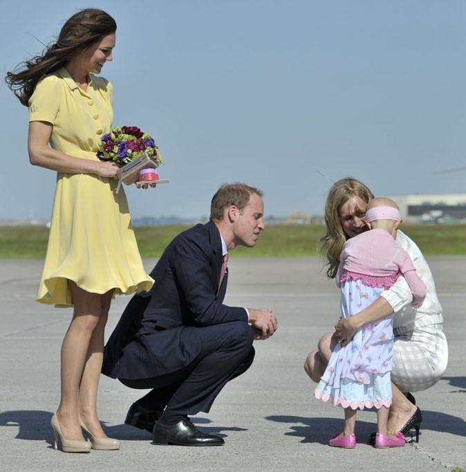 Kate Middleton le 7 juillet 2011 au Canada : escarpins nude LK Bennett et une robe jaune Jenny Packham