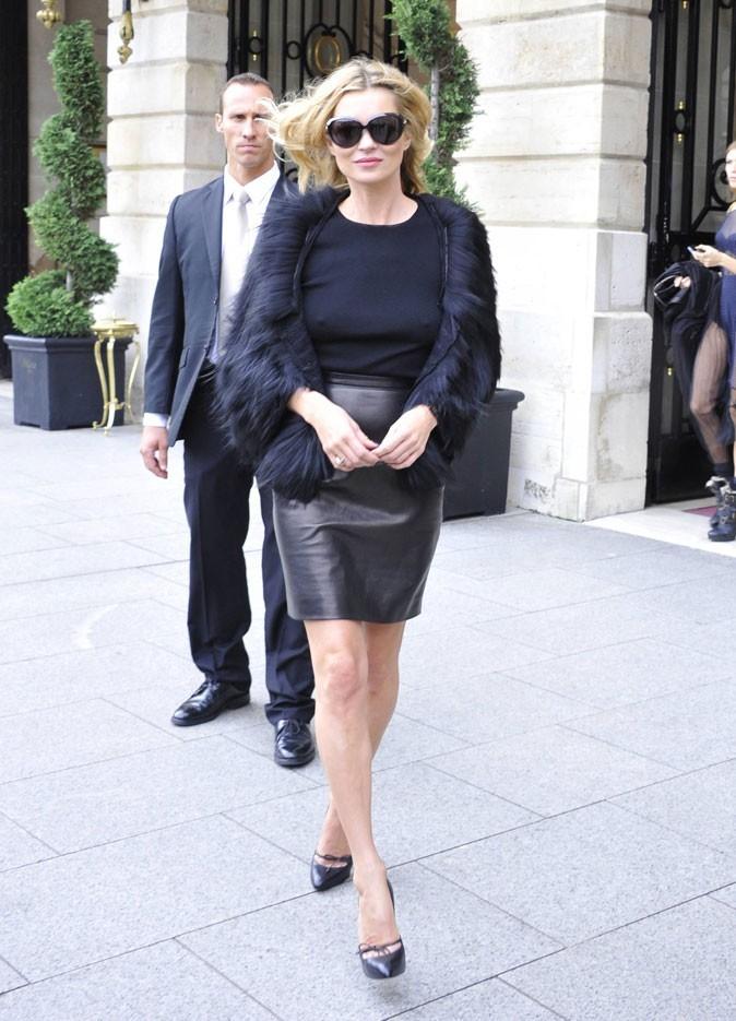 Looks de Kate Moss : jupe en cuir et veste en fourrure noire en octobre 2010