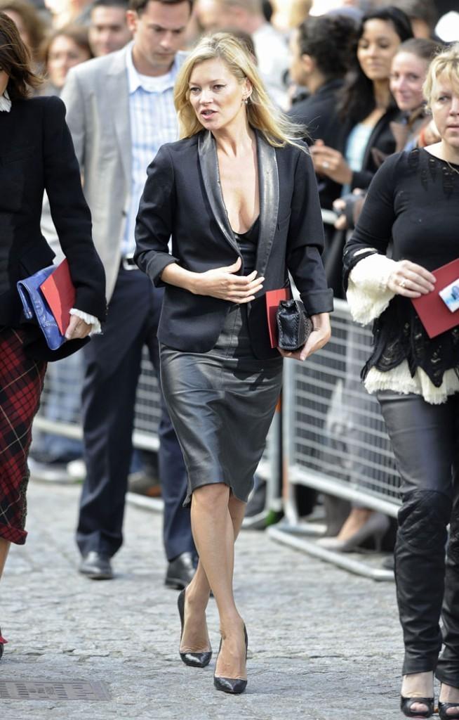 Looks de Kate Moss : robe en cuir et blazer assorti en septembre 2010