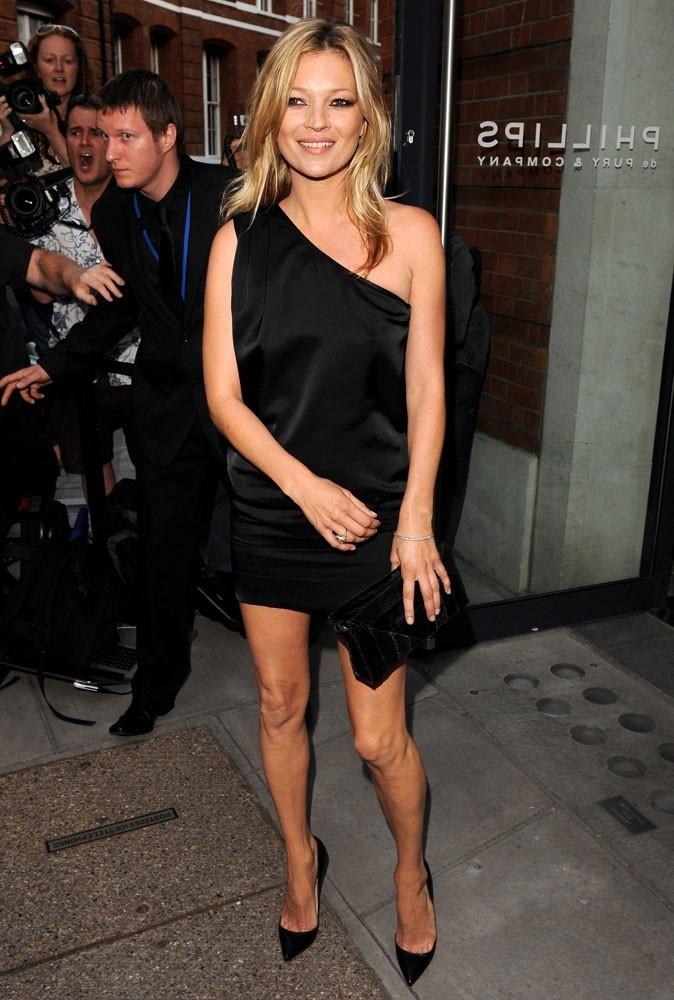 Looks de Kate Moss : robe noire asymétrique et escarpins pointus en juillet 2010