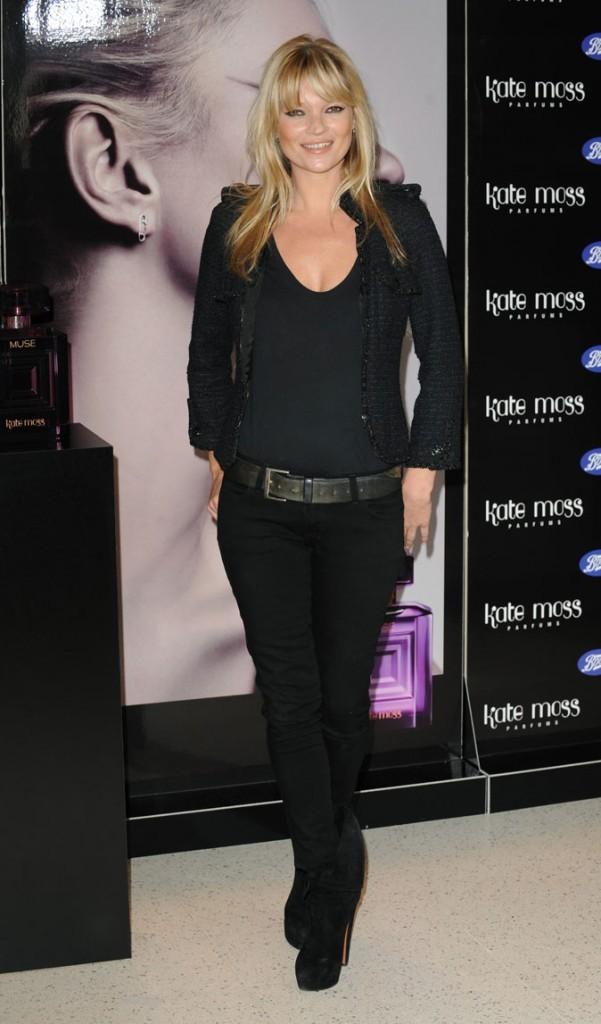 Looks de Kate Moss : slim noir, grosse ceinture et talons de 12 en novembre 2010