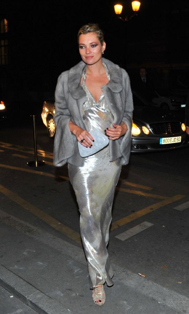 Looks de Kate Moss : une robe longue argentée et une fourrure grise en mars 2009