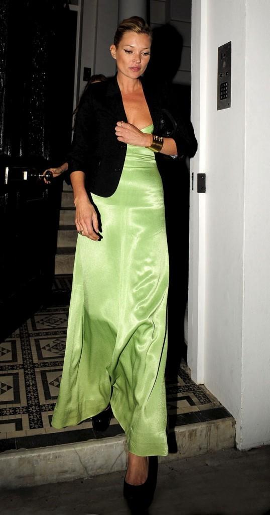 Looks de Kate Moss : une robe longue verte et un blazer chic en septembre 2009