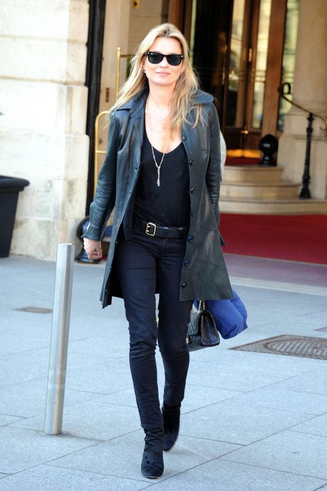 Looks de Kate Moss : veste en cuir, slim noir et sautoir doré en 22 mars 2011