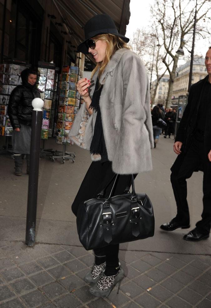 Looks de Kate Moss : veste en fourrure grise, capeline et chaussettes léopard en février 2011