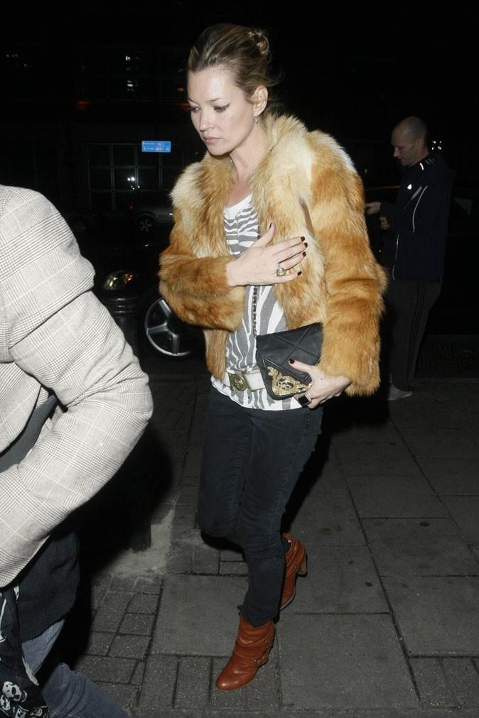 Looks de Kate Moss : veste en fourrure naturelle + top zébré en novembre 2009